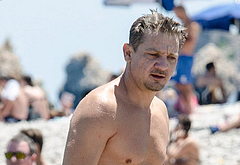 Jeremy Renner bulge beach pics