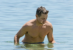 Jeremy Renner nudes beach pics