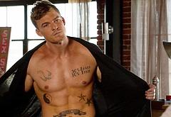 Alan Ritchson striptease