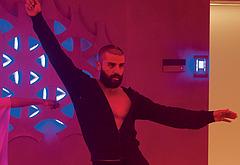 Oscar Isaac striptease