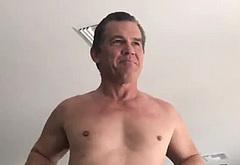 Josh Brolin striptease nude